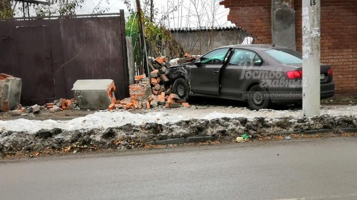 Утро добрым не бывает: в Ростове иномарка снесла забор частного дома