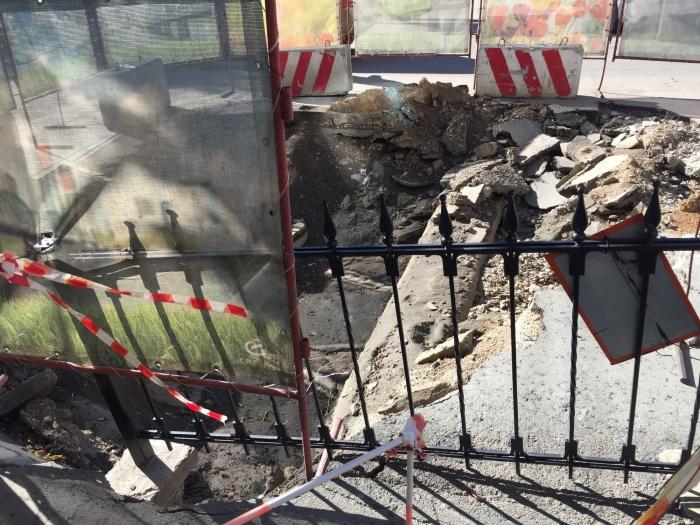 Опасная яма появилась на пересечении улиц Романова и Мичурина в начале лета