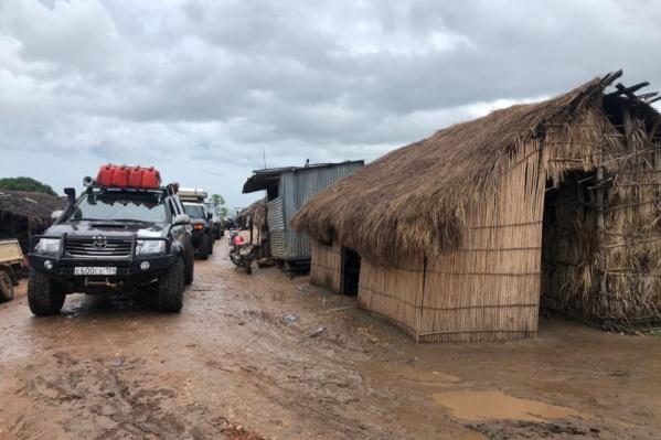 Путешественники ждали парома на пристани в Танзании — он довёз их до Мозамбика