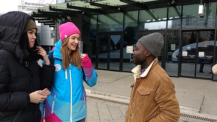 Прогулка с иностранцем: 7 видеоисторий, как красноярцы реагируют на гостя из Африки