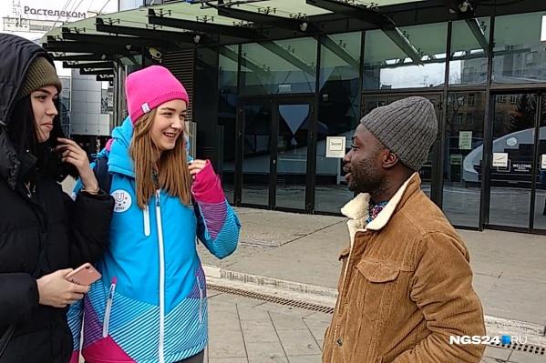 Роланд — студент из Африки — прошёлся по улицам Красноярска и пообщался с жителями на английском