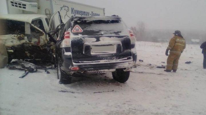 На трассе в Башкирии Land Cruiser Prado врезался в грузовик: один человек погиб, четверо в больнице