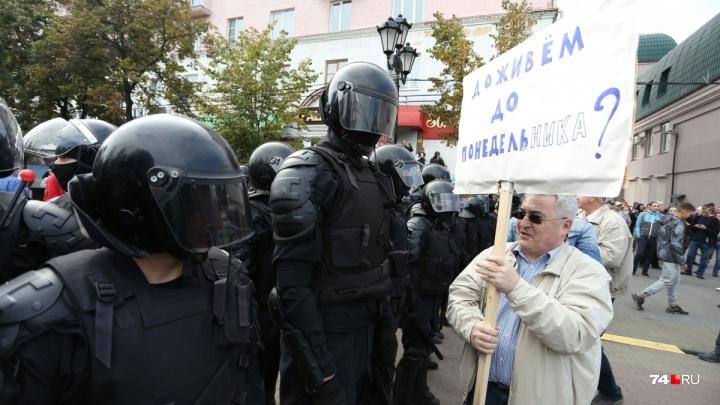 Суд оштрафовал на 75 тысяч рублей пожилого учителя, гулявшего с плакатом на челябинском митинге