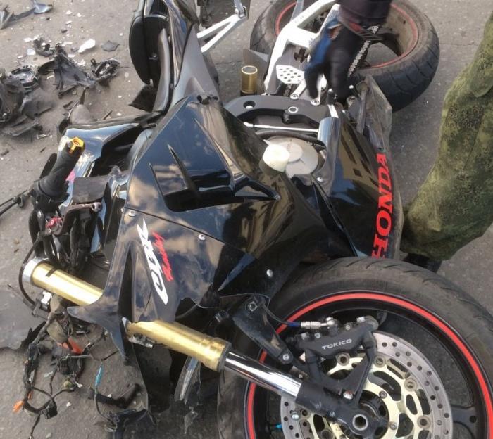 Обломки мотоцикла на месте аварии