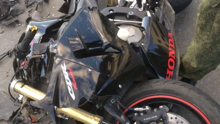 19-летний студент на мотоцикле залетел под «Камри» на Красном проспекте
