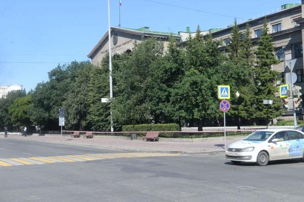 Здание университета с утра оцепили силовики, а автобусную остановку рядом с ним убрали