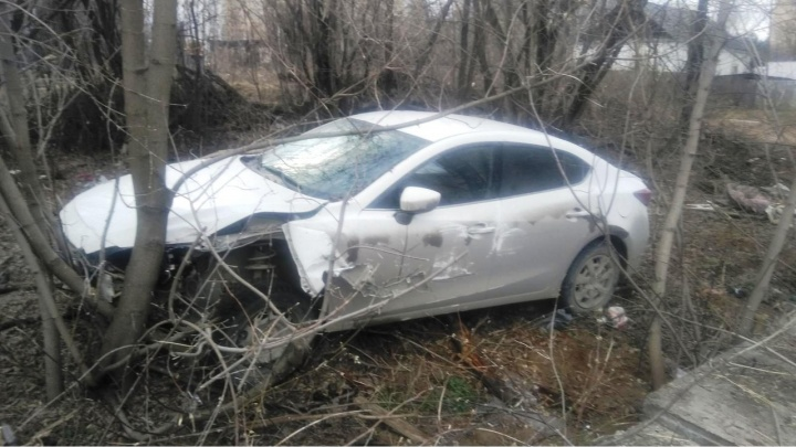 В Перми водитель врезался в легковушку, сбил двух пешеходов, бросил машину и сбежал