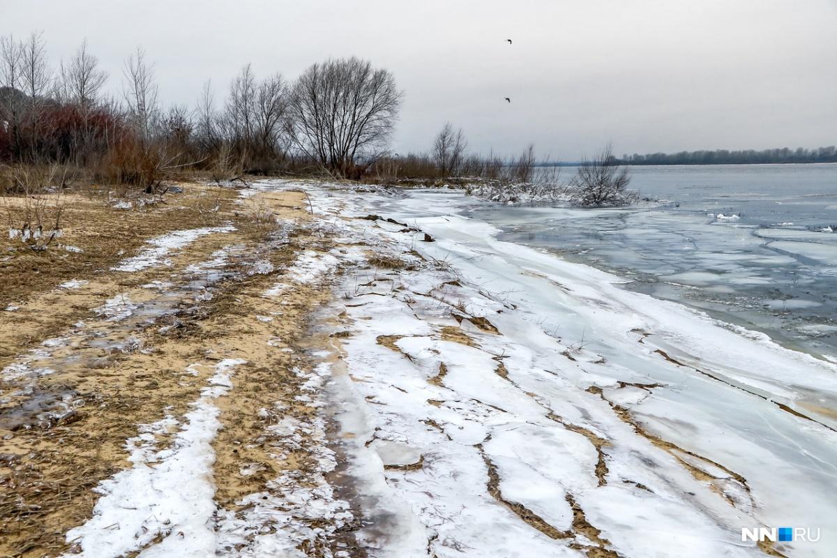 Волга потихоньку начала замерзать