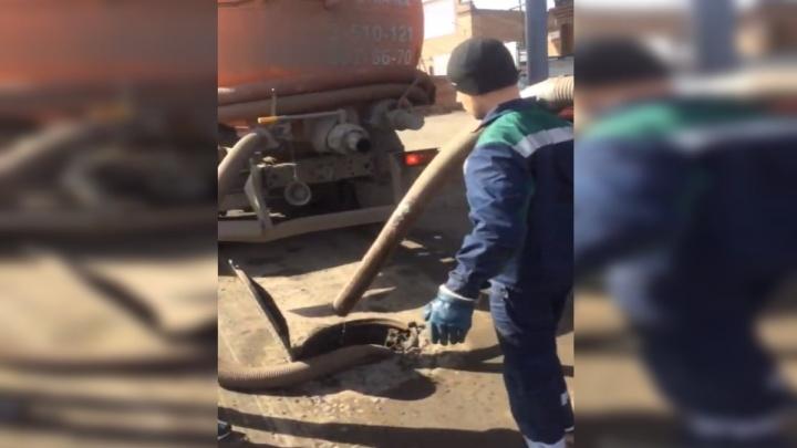 Ассенизатора застали за сливом отходов в городскую канализацию