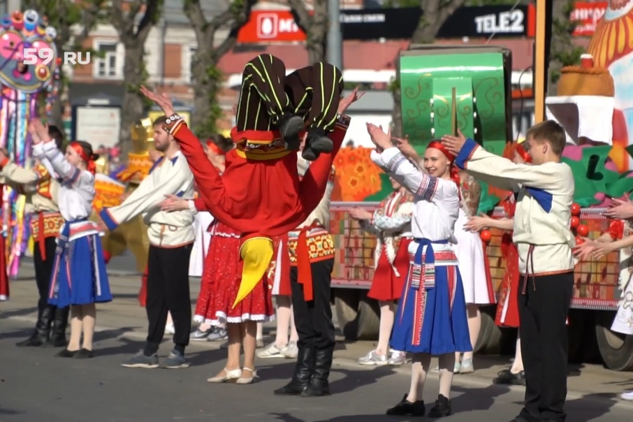 В карнавальном шествии прошли пять тематических платформ