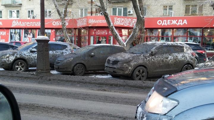 Помыли так помыли: тюменцы пожаловались на дорожников, окативших припаркованные машины грязью