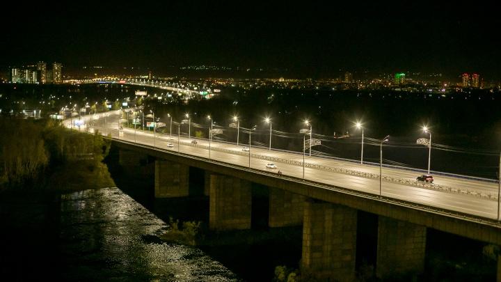 В районе правого берега в холодный Енисей с Октябрьского моста спрыгнула девушка
