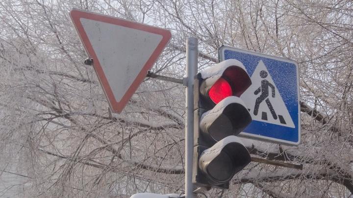 Водителей и пешеходов предупредили об отключении светофоров на Учительской