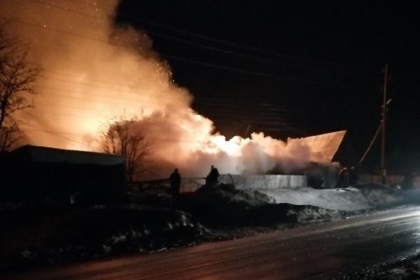 Пожар начался вечером около 10 часов