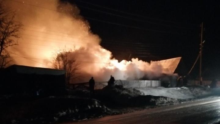 Погибла женщина, семья с ребёнком в больнице с ожогами: в Кудымкаре сгорел дом