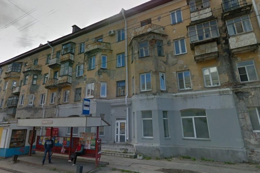 Фасад здания разрушается и может травмировать прохожих
