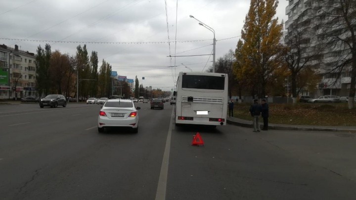 Отлетела от НЕФАЗа: в центре Уфы автобус наехал на пешехода, момент попал на видео