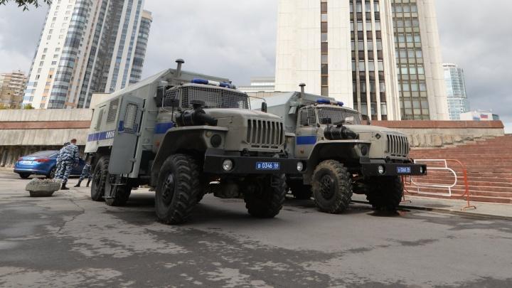 «Стоим просто так»: к зданию правительства в центре Екатеринбурга стянули ОМОН