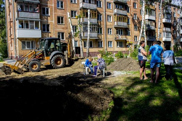 """Жители дома <nobr class=""""_"""">№ 43</nobr> не дают построить парковку возле детской площадки"""