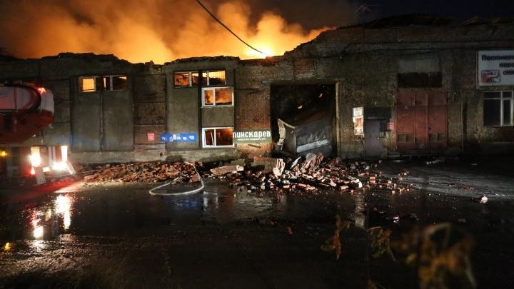 Во время пожара на складах в Дзержинском районе погибла женщина