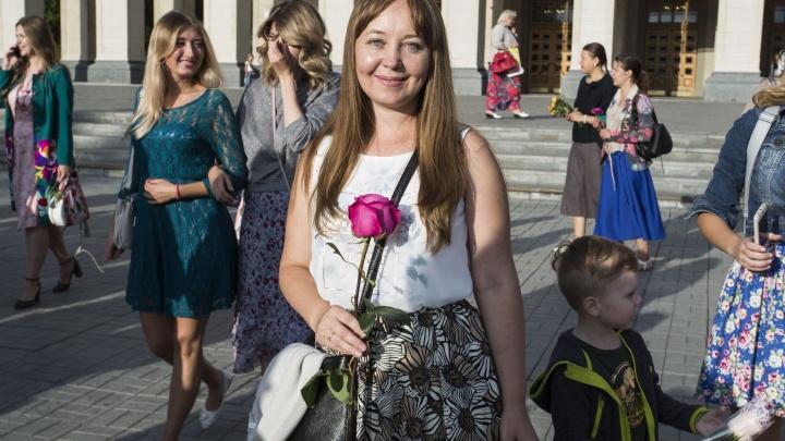 Женственные сибирячки устроили в центре акцию против женщин в брюках