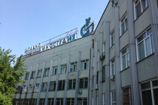 На момент публикации с крыши Западно-Сибирской киностудии успели убрать часть букв — на фото отсутствует часть вывески «сибирская»