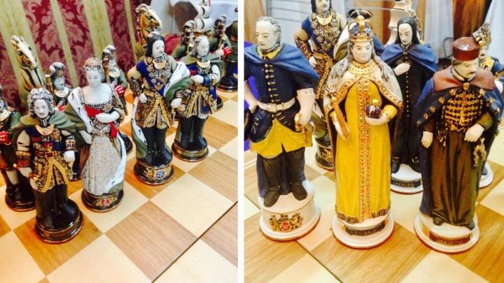 Сибирячка выставила на продажу президентские шахматы из фарфора и золота за 350 тысяч