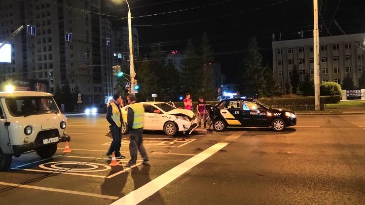 На Красном Пути столкнулись две машины с наклейками Яндекс.Такси