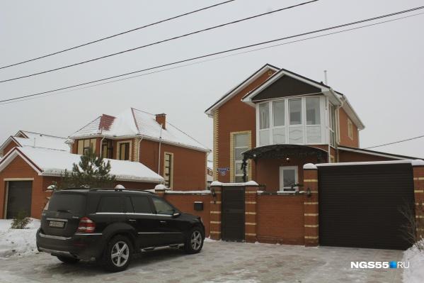 Чукреевская лакшери-жизнь— красивый кирпичный дом и дорогой внедорожник у ворот