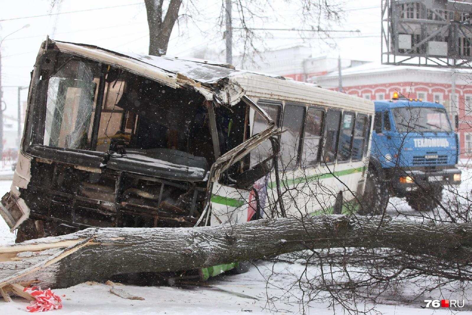 Автобус, который потерял управление, проехал по встречке целый квартал и врезался в дер