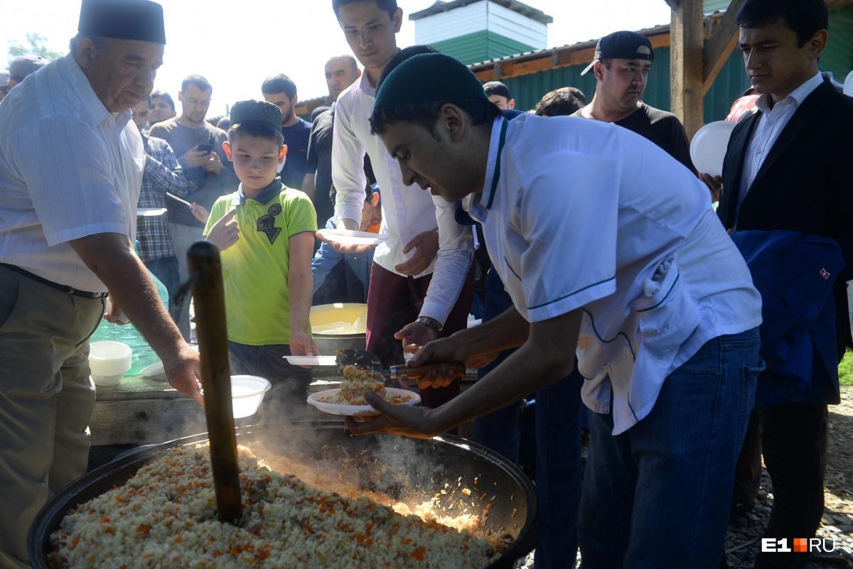 Мусульмане Екатеринбурга угощают пловом всех желающих