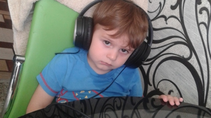 2-летний мальчик выпал в дырку между перилами. Его родители отсудили у УК 80 тысяч рублей
