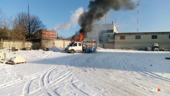 Пламя возникло в кузове, а потом перекинулось на кабину