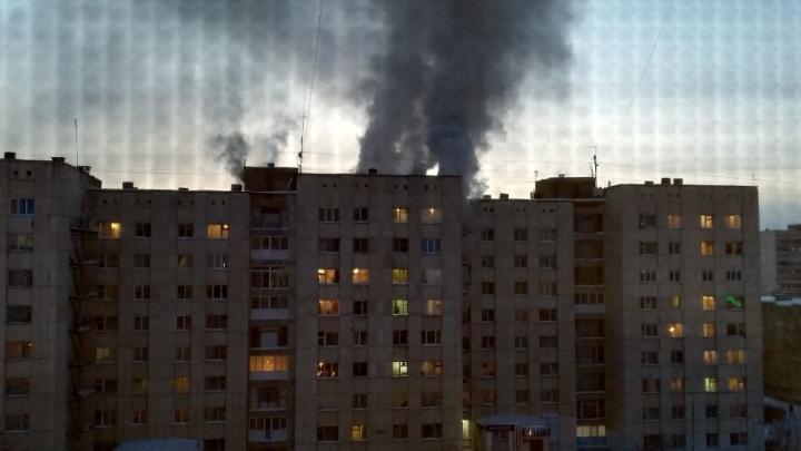 Столб дыма виден за несколько километров: на Южном Урале загорелось общежитие