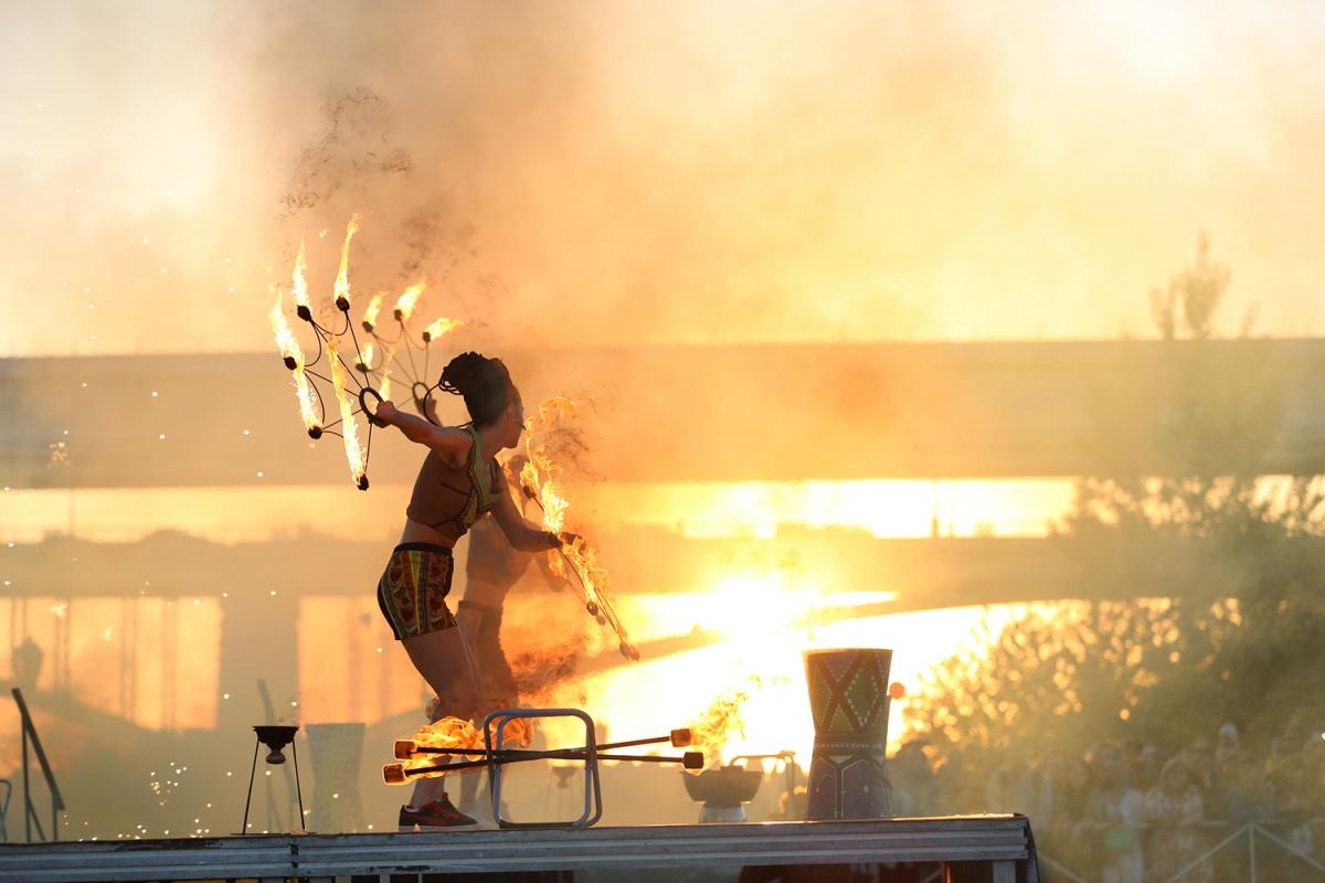 Огненное шоу «Огни Сибири» на набережной. Фото Александра Ощепкова