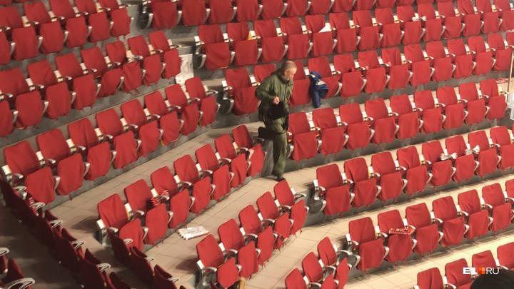 Трибуны «Уральца» эвакуировали во время матча «Автомобилиста» из-за подозрительного предмета