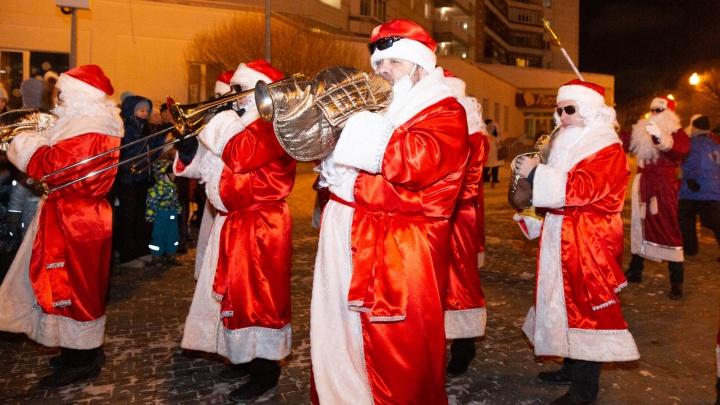 Jingle Bells: Деды Морозы-музыканты исполнили главные новогодние хиты прямо на улицах города