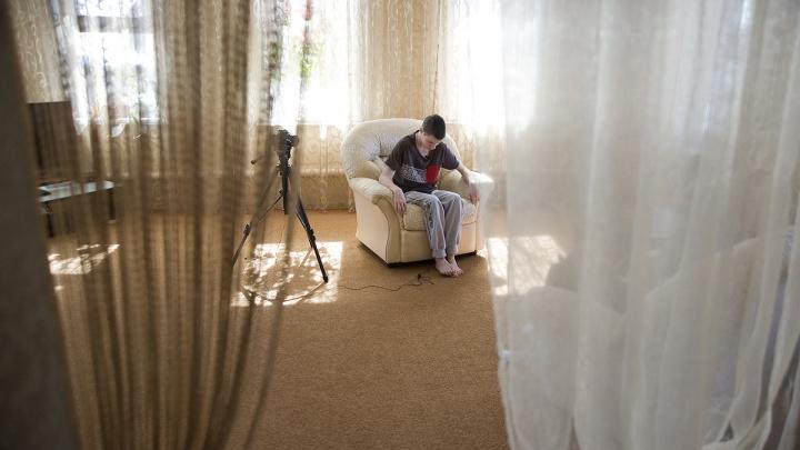 «Мы как кулак»: история семьи из Лысьвы, усыновившей слепого мальчика и еще пять детей
