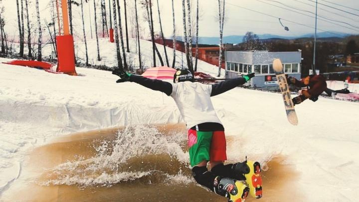 С горы в бассейн: южноуральские горнолыжники закрыли сезон, искупавшись в ледяной воде