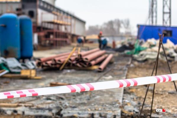 Рабочие уже успели возвести часть здания