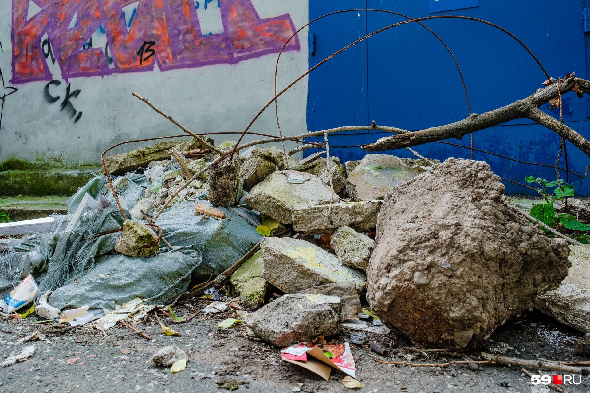 На бесхозных свалках валяется и бытовой мусор, и строительные, и опасные отходы