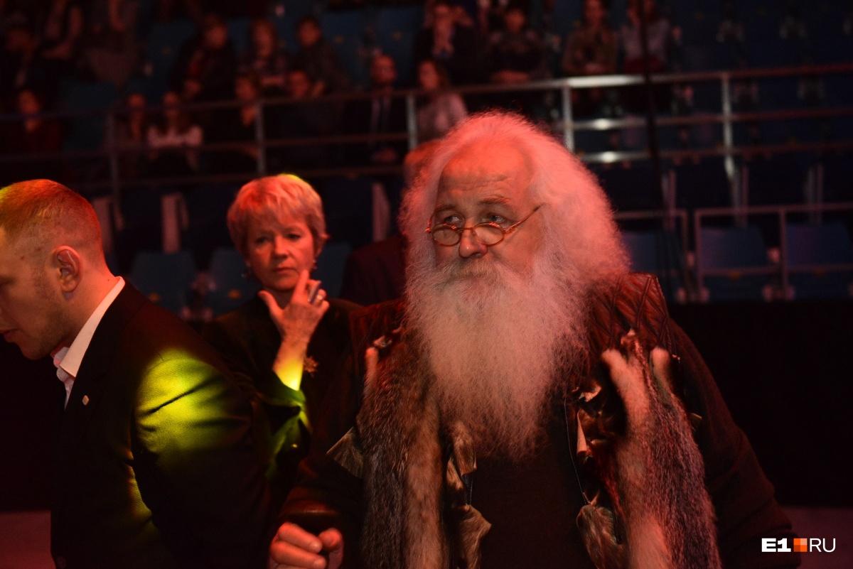 А это дедушка-кузнец с Шарташа Александр Лысяков. Дети часто принимают его за Деда Мороза, поэтому мы  писали о нём как раз перед Новым годом