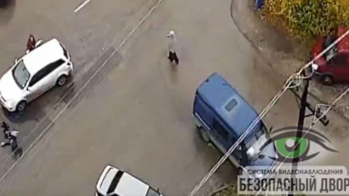 В Арзамасе бабушка прокатилась на капоте иномарки. Смотрим видео, в котором никто не прав