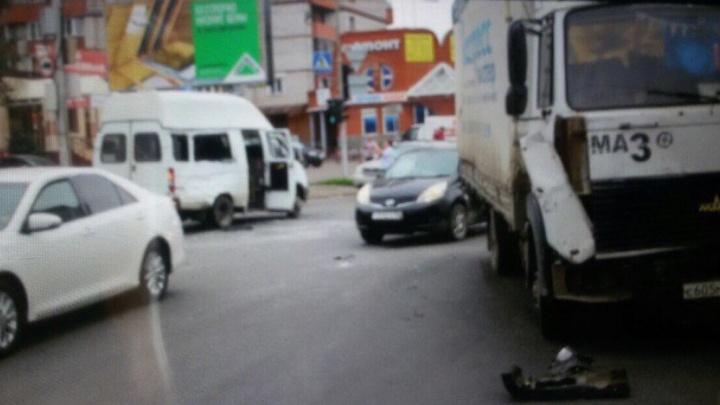 В Ленинском районе маршрутка столкнулась с грузовиком: есть пострадавшие