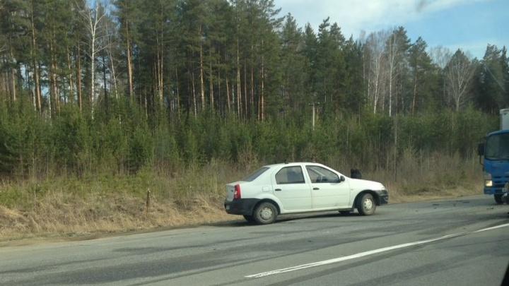 Водители встали в пробку на ЕКАД из-за аварии