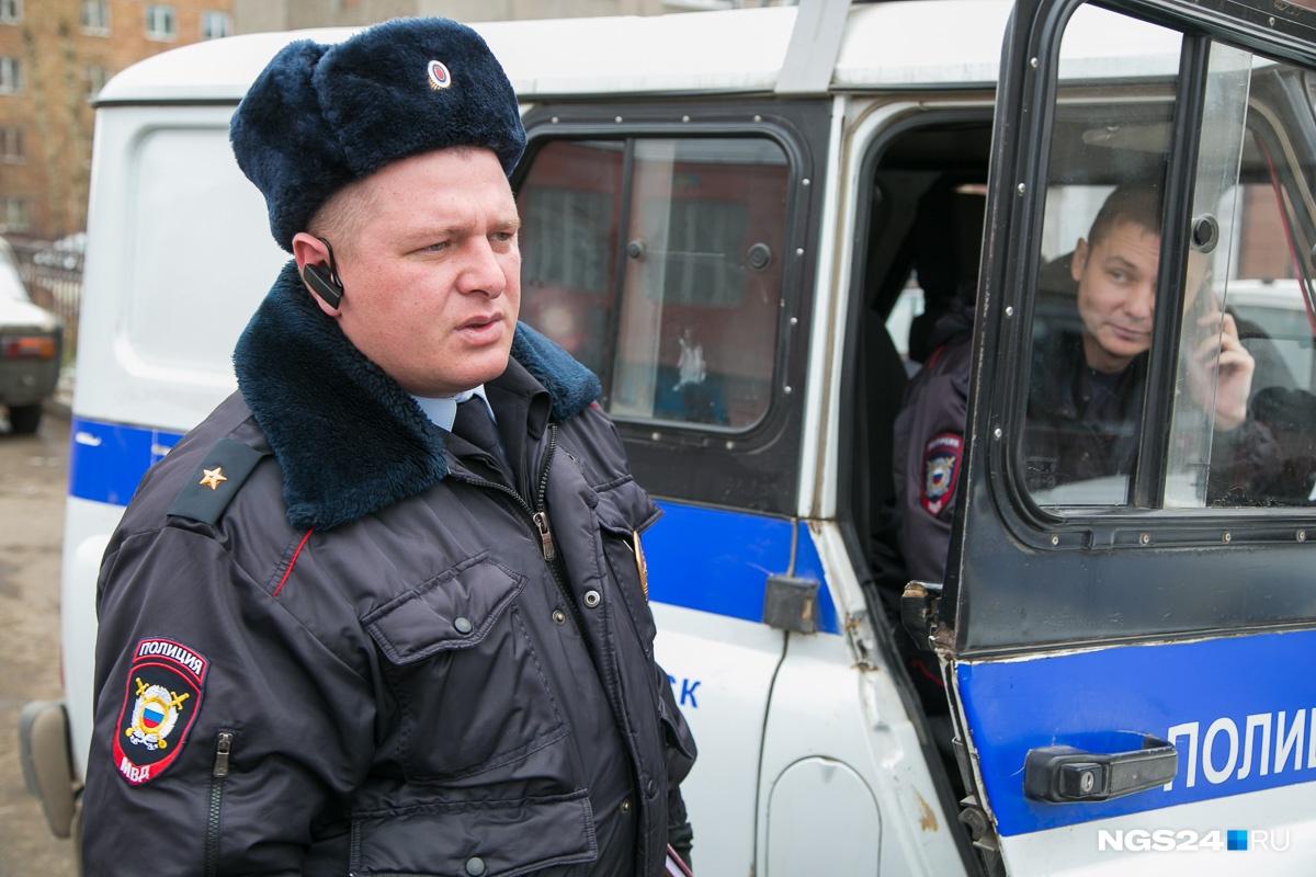 По словам Вадима, другие полицейские должны уведомить участкового о своей работе на его участке