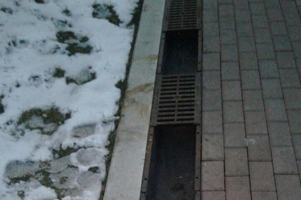 Работники ЖКХ обнаружили факт кражи 41 решётки дождеприёмника