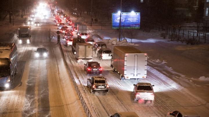 На утренних дорогах случилось шесть аварий: новосибирцы застряли на пути к Толмачёво