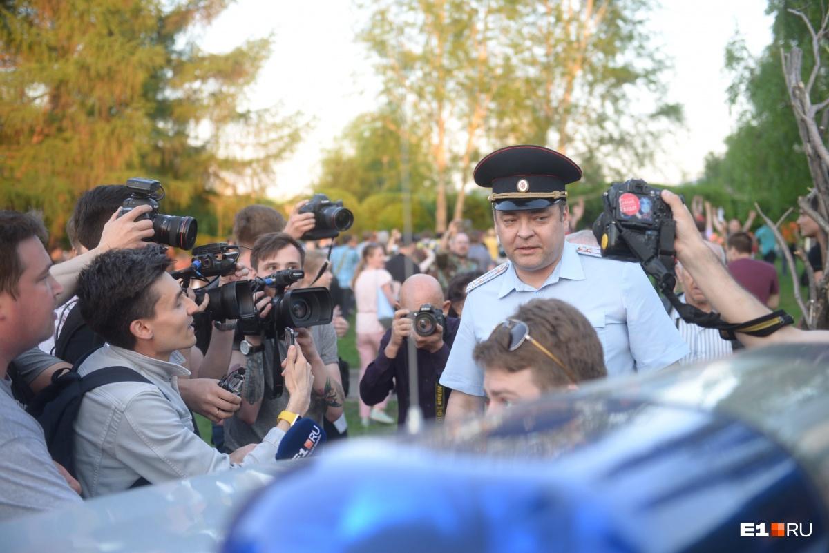 Этот офицер и джентльмен дважды под камерой обещал охранять общественный порядок