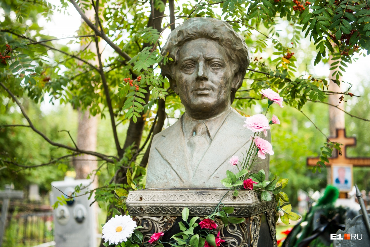 На екатеринбургих кладбищах такие бюсты можно встретить нечасто